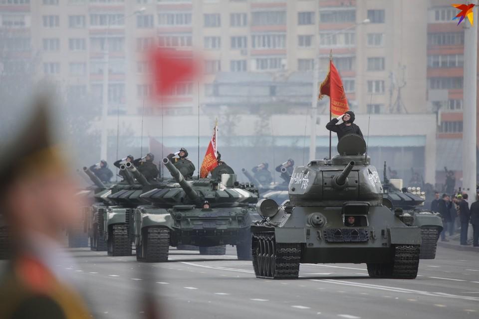 Открывал парад техники легендарный танк Т-34.