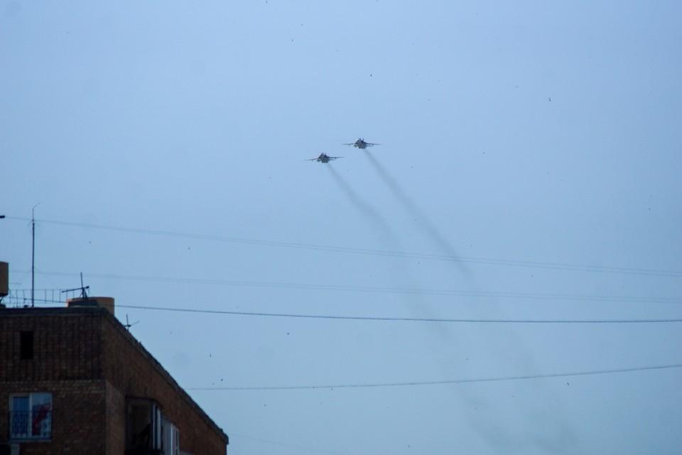 Среди прочего военные провели авиационный парад