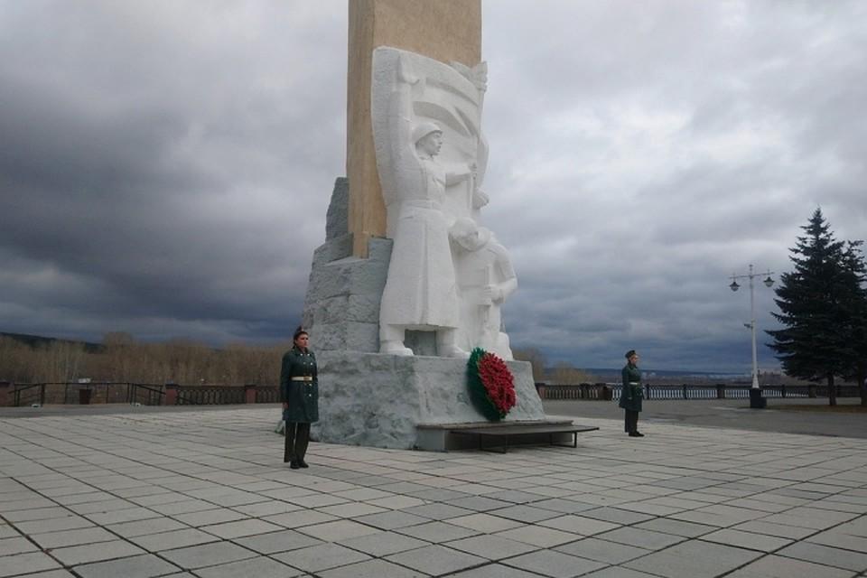 Блогерша устроила фотосессию в кружевных чулках на фоне памятника погибшим воинам