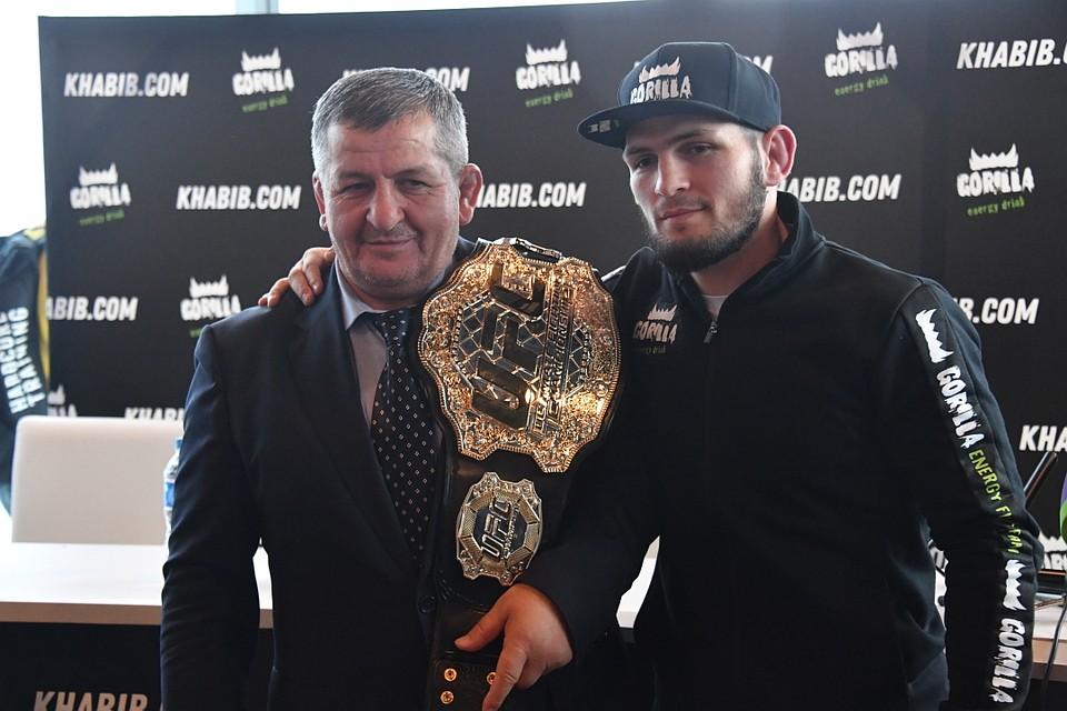 Абдулманап и Хабиб Нурмагомдовы с чемпионским поясом UFC
