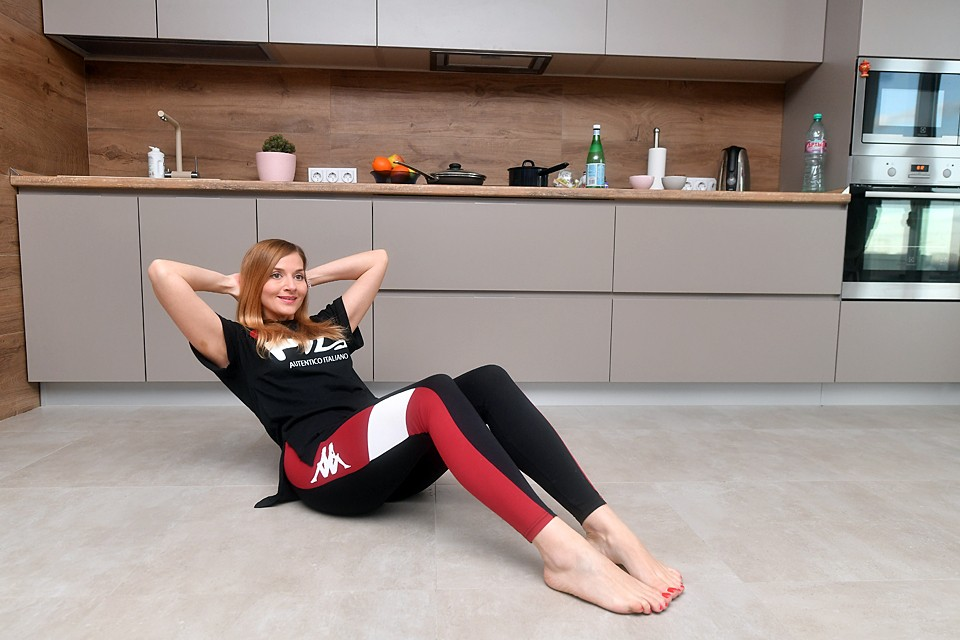 Из-за снижения физической активности и того, что мы часами сидим, уткнувшись в гаджеты, могут возникать спазмы мышц. Не допускайте этого