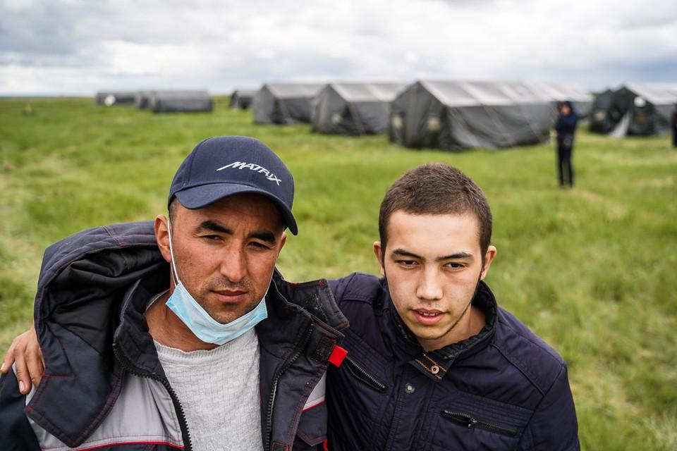 В палаточный лагерь на окраине Большой Черниговки прибывают сотни человек в день