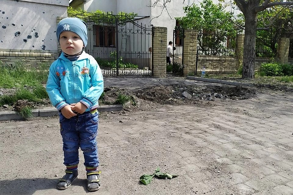 Маленький житель Старомихайловки. ВСУ обстреливают поселок постоянно. ФОТО: Андрей ТРУБЕЦКИЙ