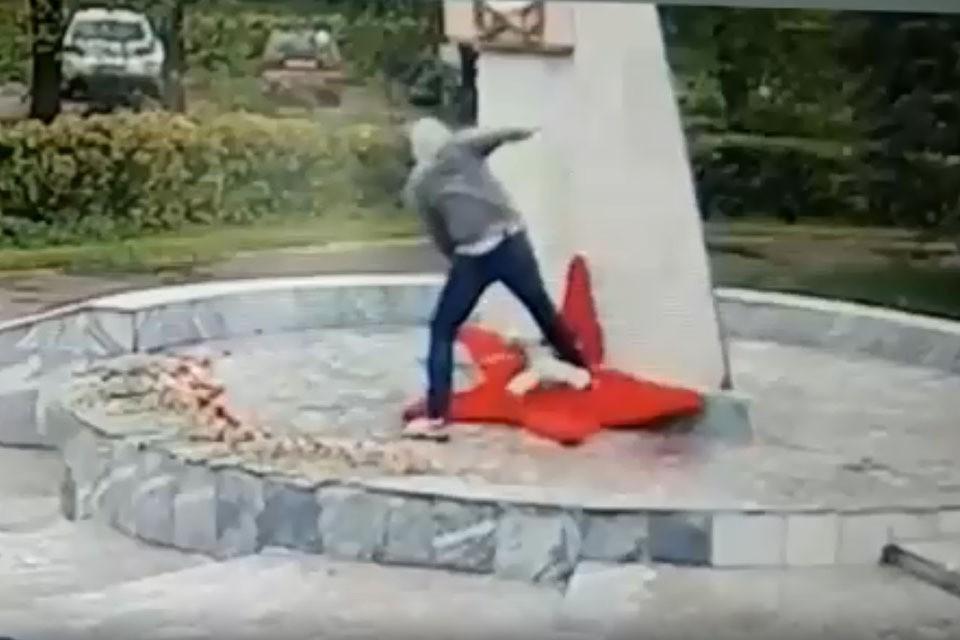 Видео, на котором молодой мужчина творит немыслимое на братской могиле в Черноголовке Московской области, сняли очевидцы.