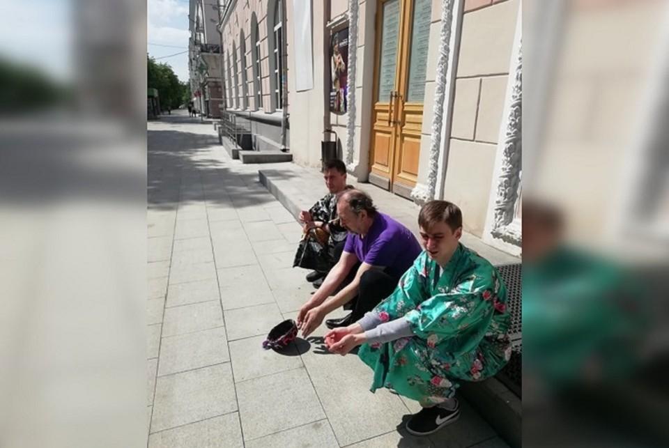 Драматург и актеры расположились у входа в свой театр. Фото: страница Николая Коляды в Facebook