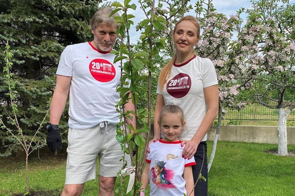Дмитрий Песков с Татьяной Навкой тоже посадили дерево — вместе с дочкой Надей