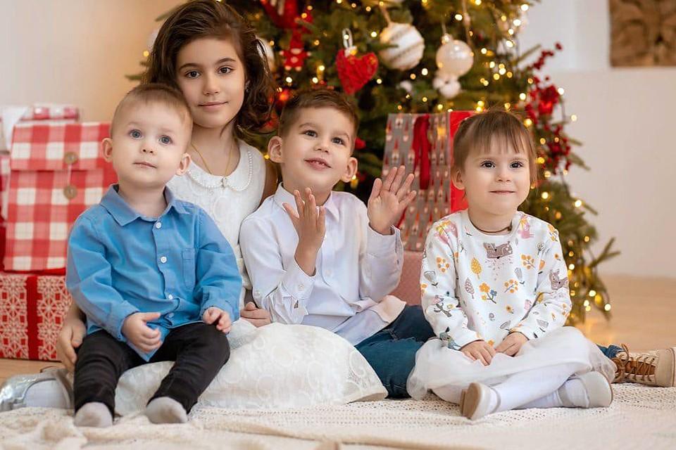 Дети в семье Удовенко (Саша – крайний слева, Нина – крайняя справа)