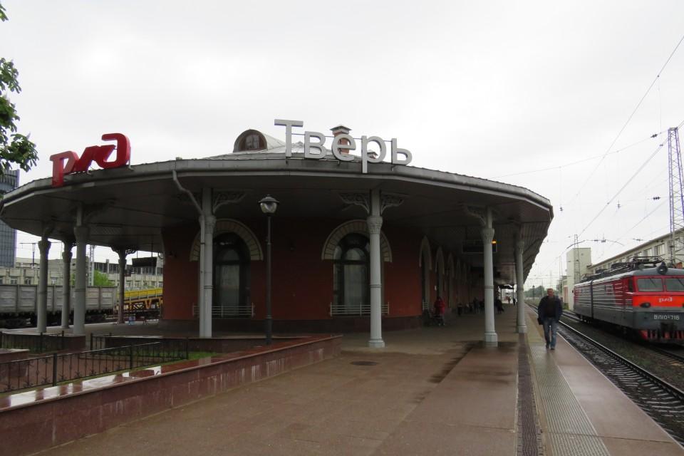 Злоумышленник вытолкнул мужчину из поезда и продолжил избивать на платформе. Фото: ЛО МВД РФ на станции Тверь.