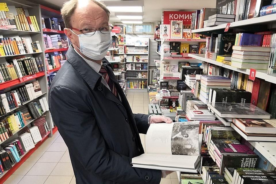 """Со своими покупками, сделанными в десять утра, Сеславинский стал первым покупателем. Фото: пресс-служба агентства """"Роспечать"""""""