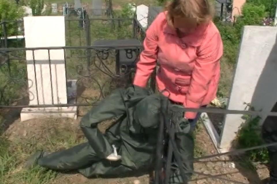 Женщина показывает, как убивала коллегу на кладбище. Фото: СУ СК России по Иркутской области