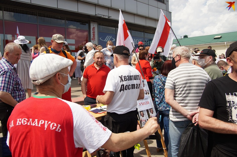 Очереди объединили приверженцев и красно-зеленых, и бело-красно-белых флагов