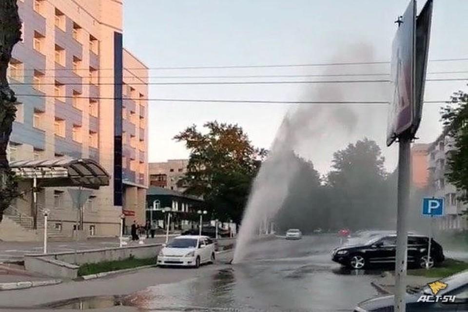 """В Ленинском районе Новосибирска из-под асфальта забил фонтан высотой в несколько метров. Фото: """"АСТ-54"""""""