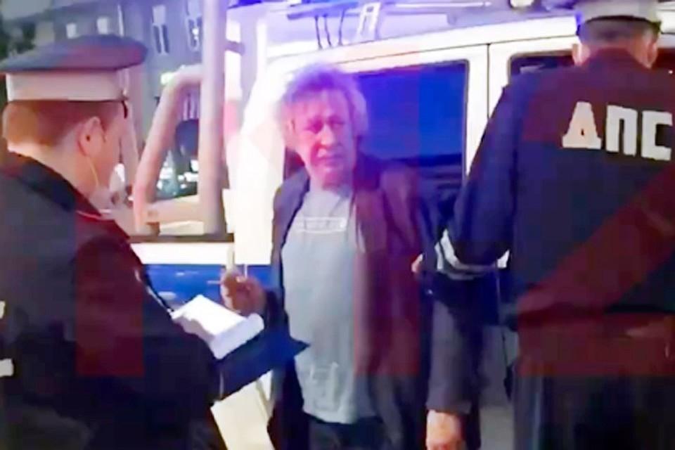 Михаил Ефремов на Смоленской площади в Москве выехал на встречную полосу и врезался в грузовик.