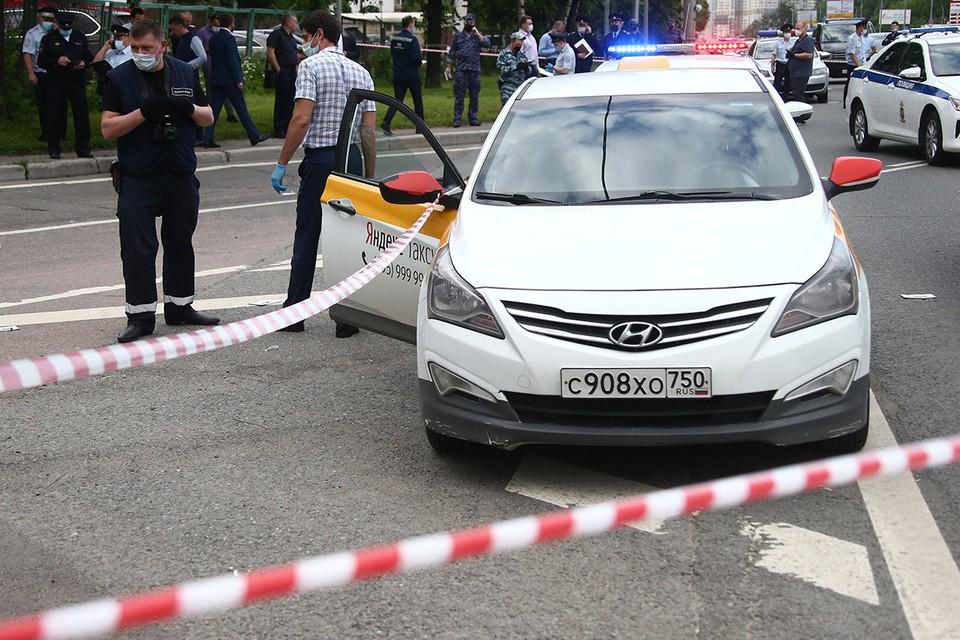 На месте стрельбы на Ленинском проспекте. В результате инцидента ранены двое сотрудников полиции и сам стрелявший. Фото: Валерий Шарифулин/ТАСС