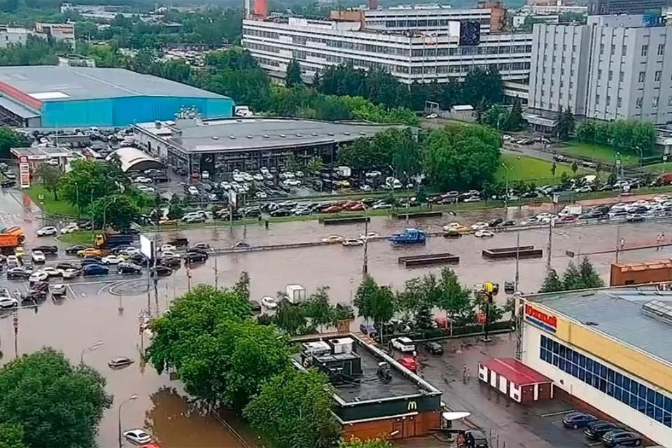 Варшавское шоссе затопило после сильного ливня с грозой. Фото: ЦОДД