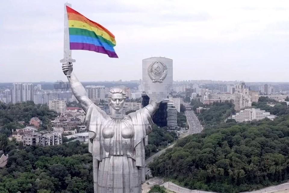 Активисты ЛГБТ-сообщества напомнили о себе в Киеве, подвесив свой флаг к монументу «Родина-мать».