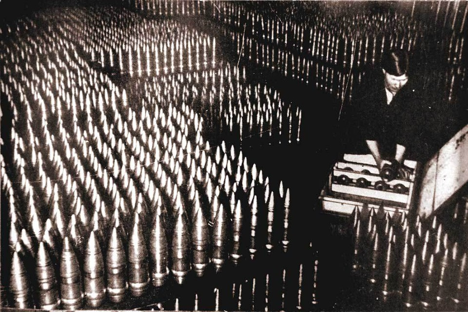 Упаковка снарядов велась круглосуточно. 1942 г. Завод 322 (ОМЗ).