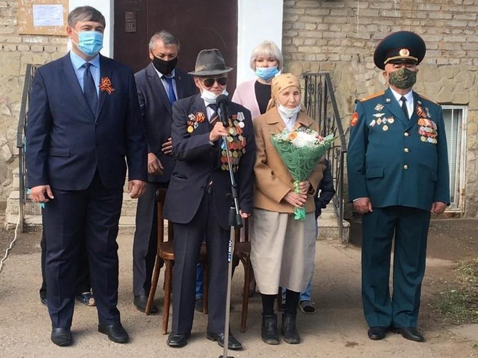 Ветеранов чествовали прямо перед их домом