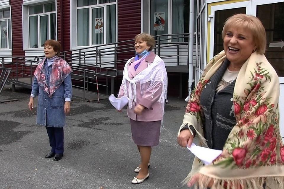 Жительницы Тюмени пустились в пляс с частушками на голосовании по поправкам в Конституцию
