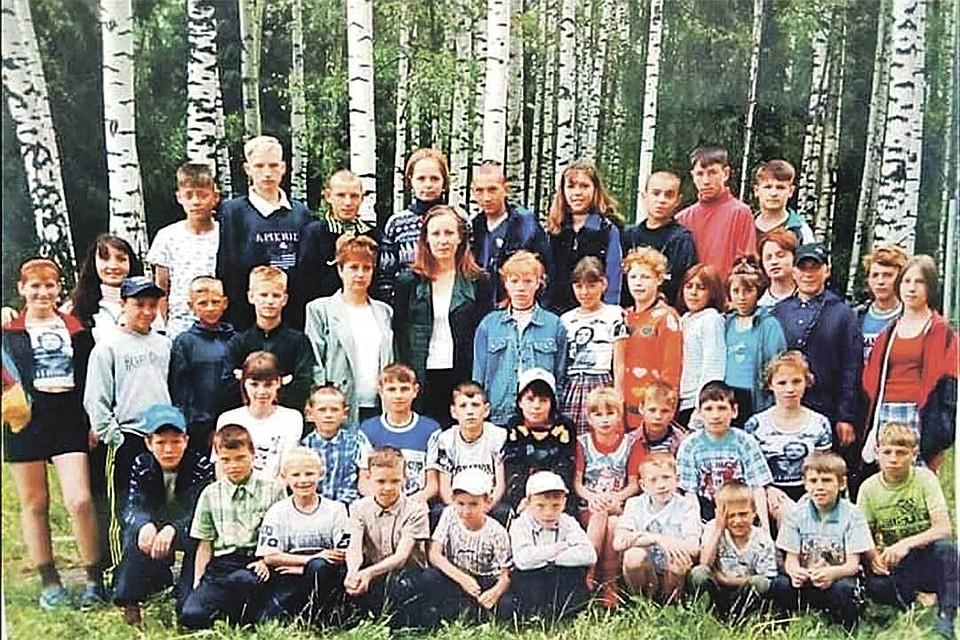 Фото сирот из коррекционного дома-интерната в Ивановской области. 2000 год. В живых из них осталось, как утверждает Вера Ионова, человек пять... Сама она - во 2-м ряду 4-я справа.