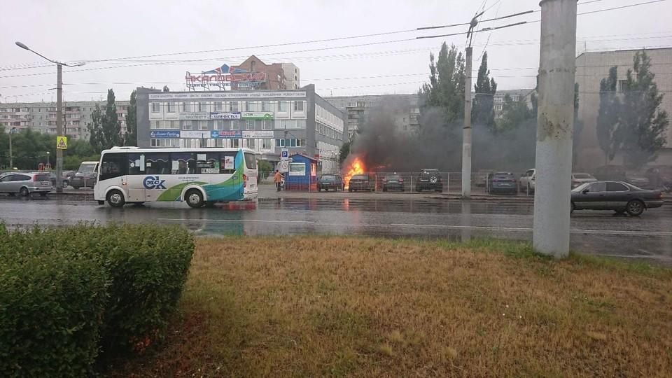 Пламя быстро перекинулось с одной машины на соседнюю.