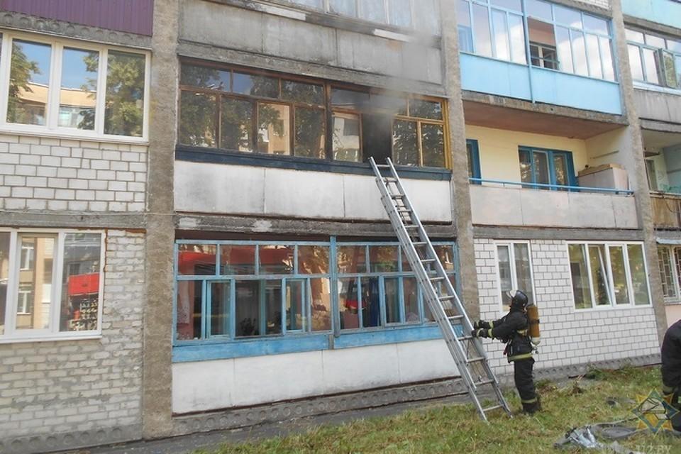 Хозяин загоревшейся квартиры вышел на улицу сам, а спасатели - эвакуировали других жильцов. Фото: МЧС.