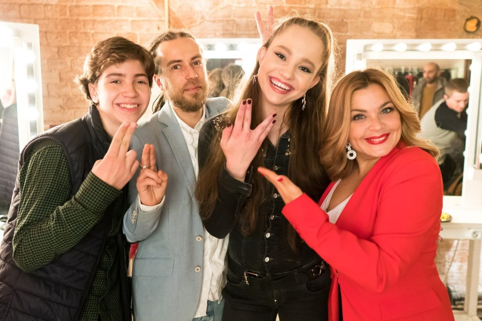 Децл с Ириной Пеговой (справа) и другими актерами на съемках сериала «Погнали». Фото: СТС
