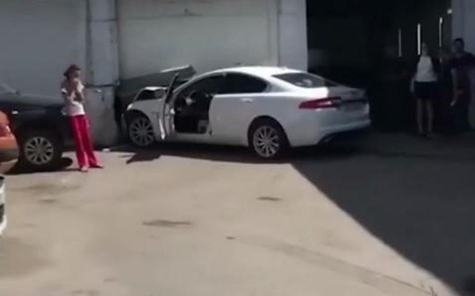 В Туле автоледи на «Ягуаре» пыталась припарковаться и снесла ворота в автосервисе. Фото: скрин видео