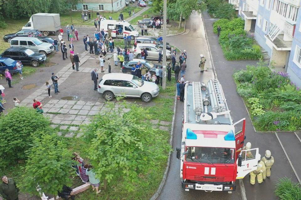 Во дворе дома немедленно образовалась толпа. Фото: admkirov.ru