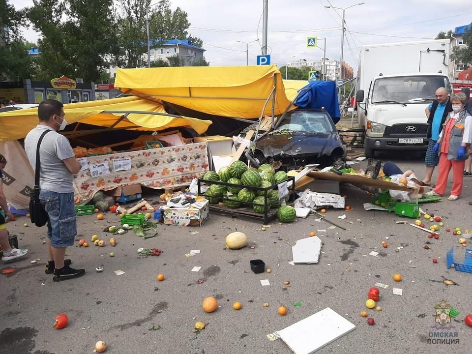 Машина протаранила овощную палатку.