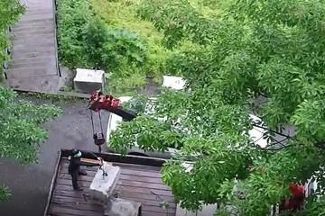 «Бетонные блоки летали над авто»: во Владивостоке застройщик решил установить забор во что бы то ни стало