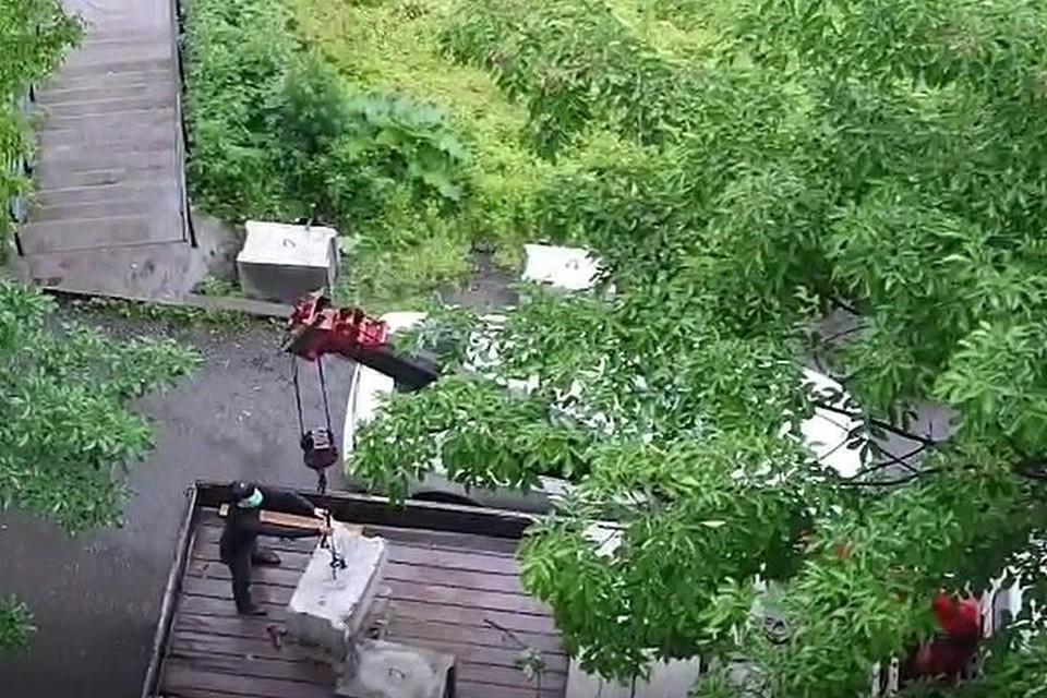 Строители решили начать возводить забор, не взирая на машины. Фото: предоставлено жильцами