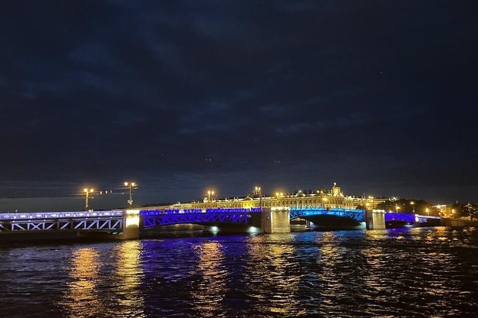 """Дворцовый мост подсветили в честь победы """"Зенита"""". Фото: Ленсвет"""