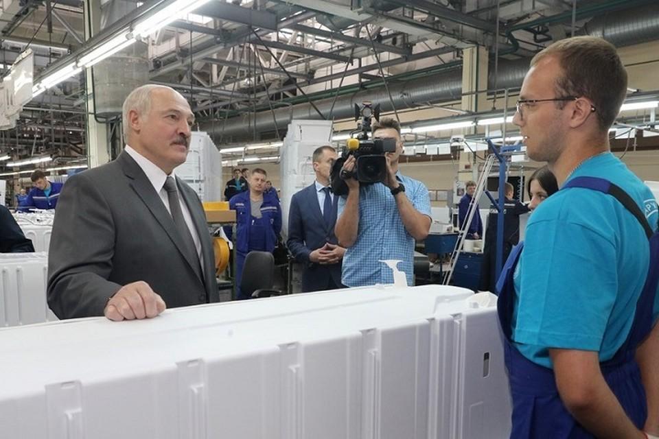"""Лукашенко сказал, что у него дома есть и стиральная машина, и холодильник """"Атлант"""", которые хорошо и без ремонта работают. Фото: belta.by."""