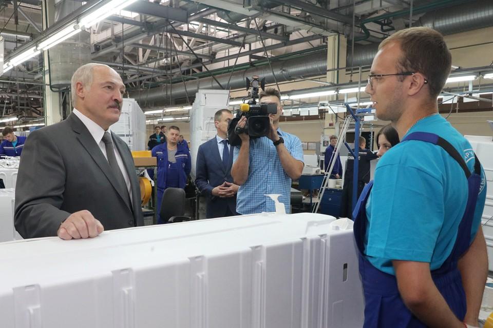 Александр Лукашенко во время посещения Атлант. Фото: БелТА.