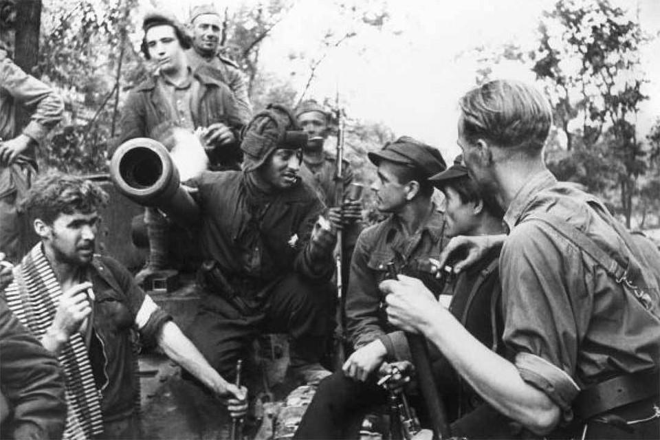 Красноармейцы и литовские партизаны вместе отдыхают после боев. Если бы не СССР, Вильнюс отошел бы Польше. Фото: ТАСС
