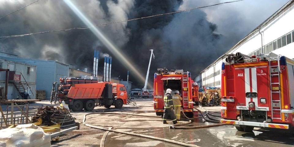 Над пожаром поднимается огромный столб дыма