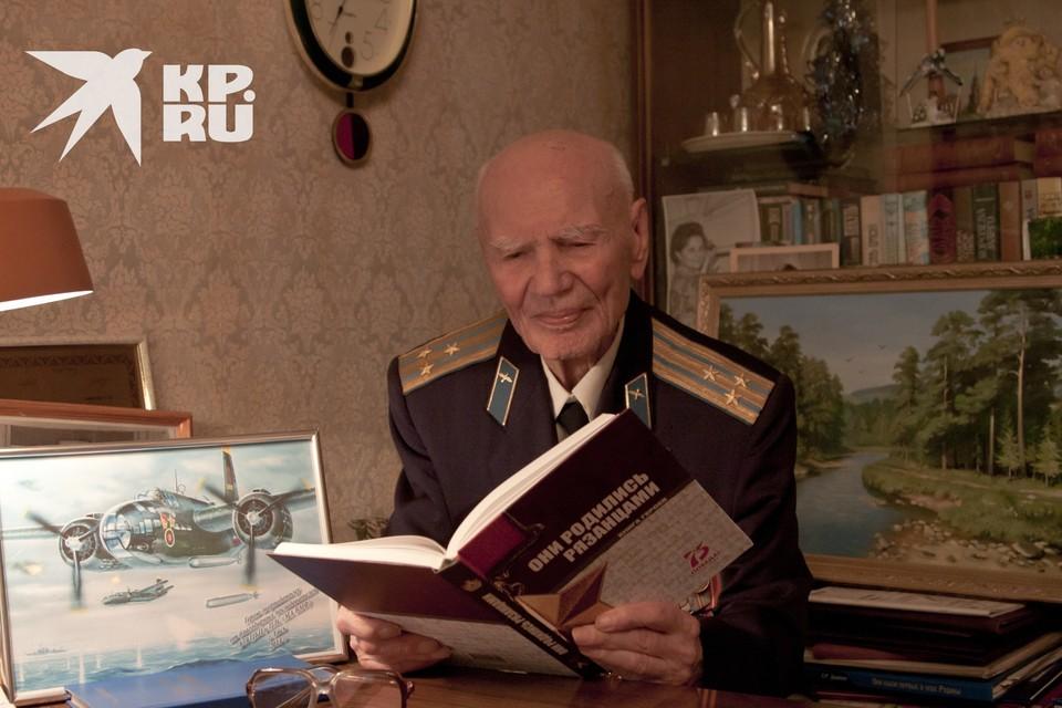 Павел Андреевич Галкин читает книгу о Героях-рязанцах, изданную нашей редакцией к 75-летию Великой Победы!