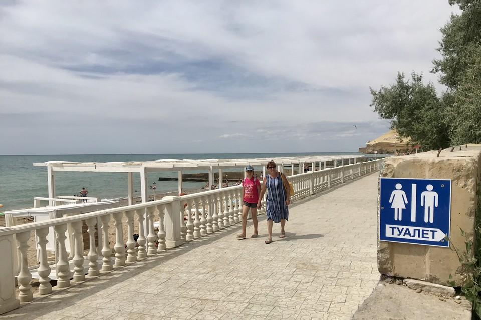 В Андреевке есть все необходимое для отдыха. И даже небольшая прогулочная зона вдоль пляжа, жаль только, что без навесов.