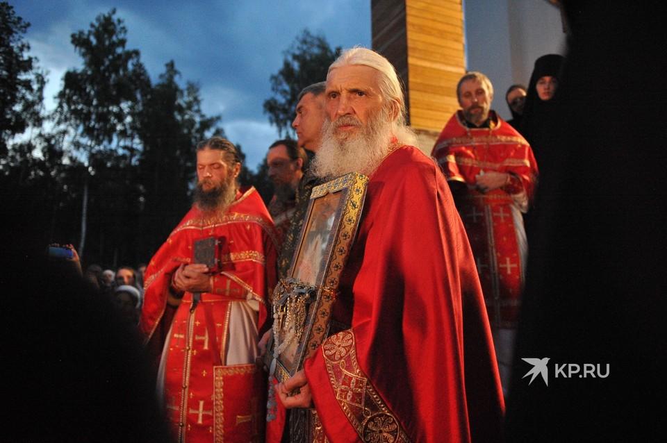Отец Сергий провел свой Царский крестный ход вокруг монастыря.
