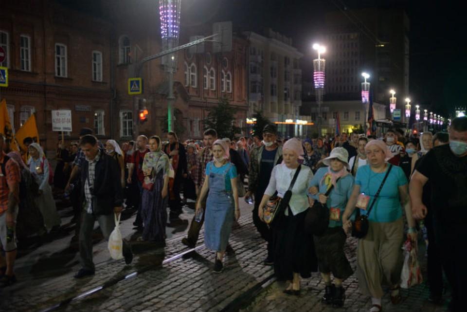 Крестный ход сегодня ночью Фото: Ирина СМИРНОВА