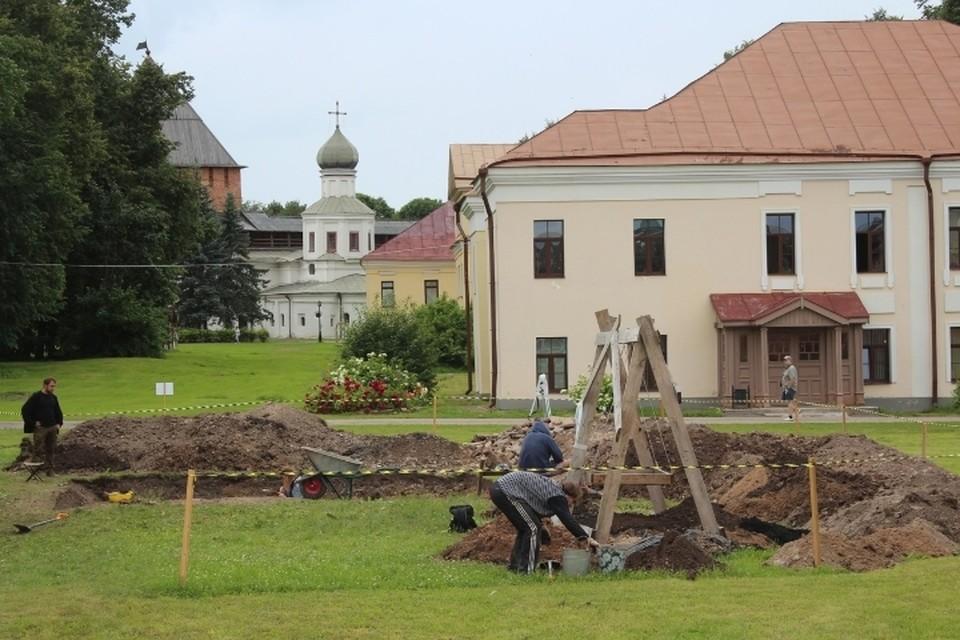 В Великом Новгороде исследователи нашли стену храма XII века. Фото: пресс-служба ИА РАН