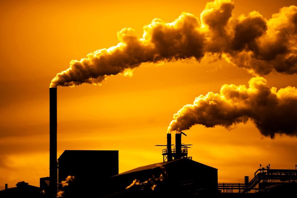 Установленный источник выброса — асфальтобетонный завод. Фото: shutterstock.com.