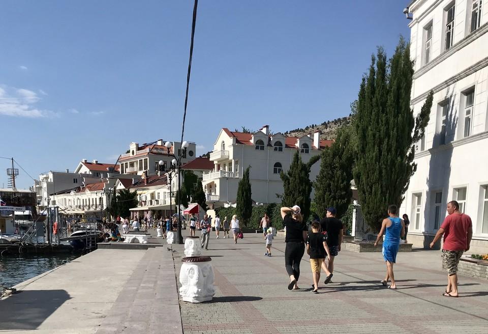 На набережной даже в жару днем можно увидеть гуляющих туристов.