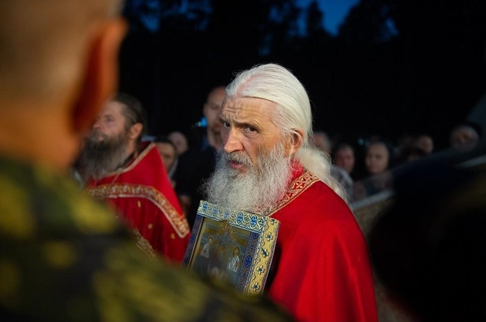 Несмотря на лишение сана, отец Сергий продолжает вести себя, как священник. Например, недавно он провел Крестный ход
