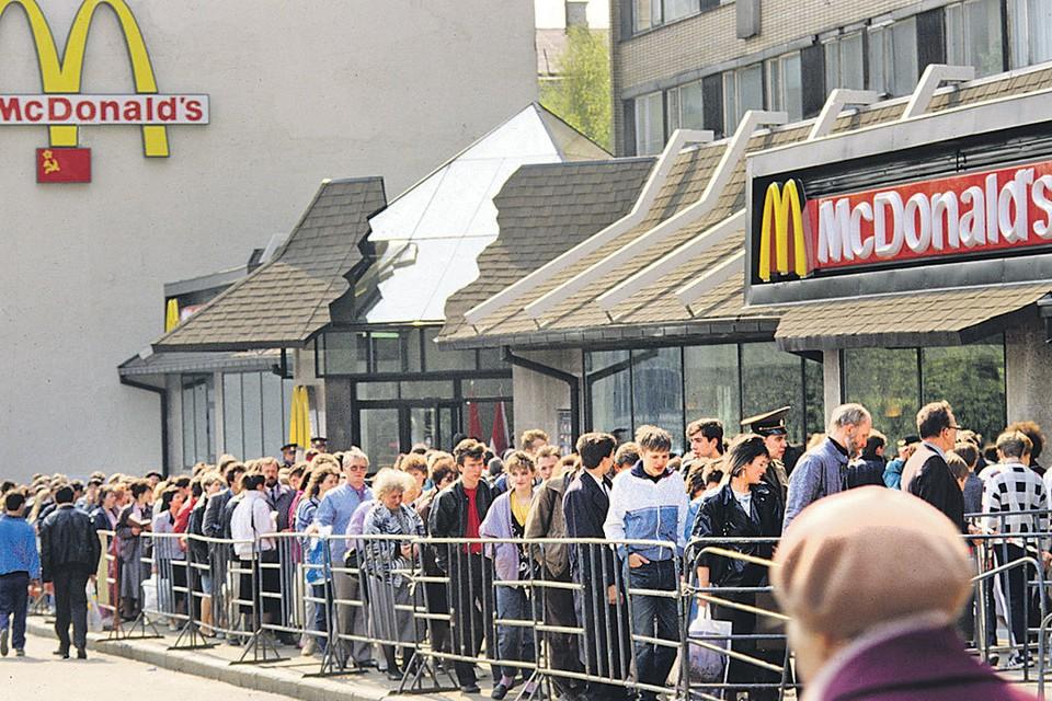 В 90-х прошлого века советские люди впервые близко познакомились с гамбургерами. Очередь в первый «Макдоналдс», открытый в Москве 31 января 1990 года. Фото: Владимир ВЯТКИН/РИА Новости
