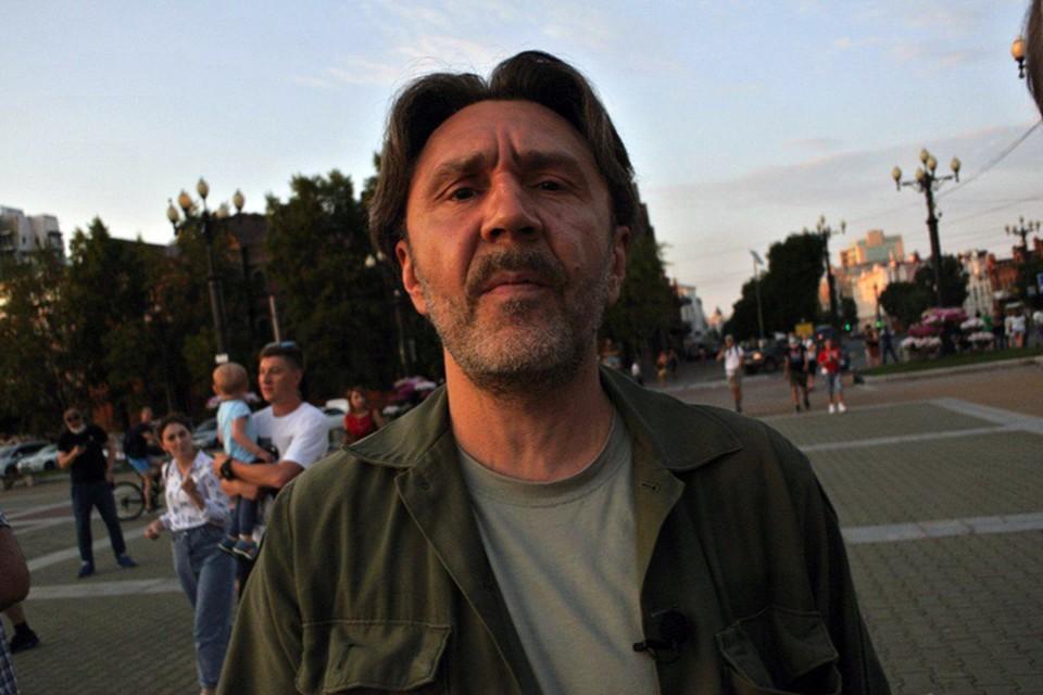 Сергей Шнуров прилетел в Хабаровск.