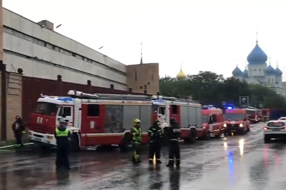 На месте пожара работают оперативные службы.