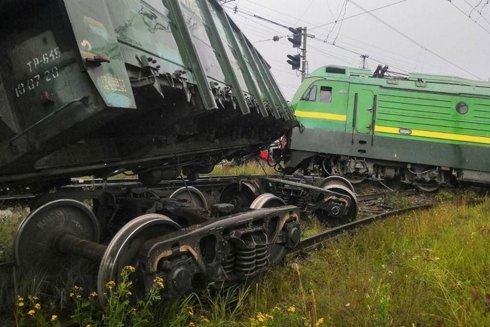 В результате столкновения поездов пострадали два человека. Фото: ГУ МЧС СПб