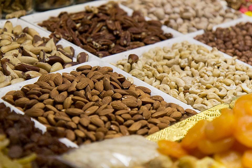 Среди продуктов, которые богаты антиоксидантами, - черный чай, орехи, многие виды ягод, шоколад.